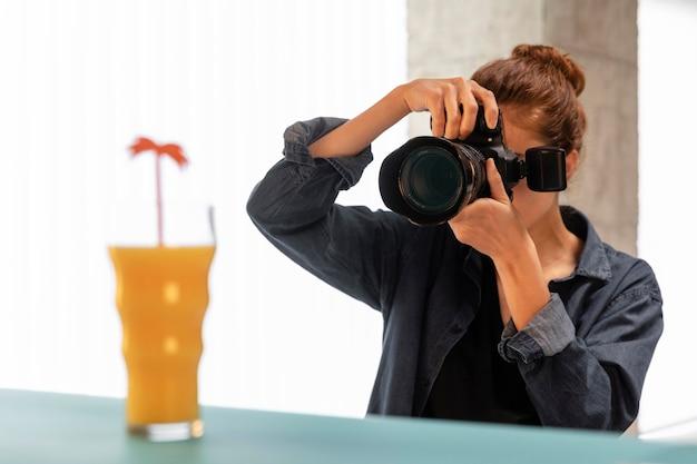 Fotógrafa de produto feminino em estúdio