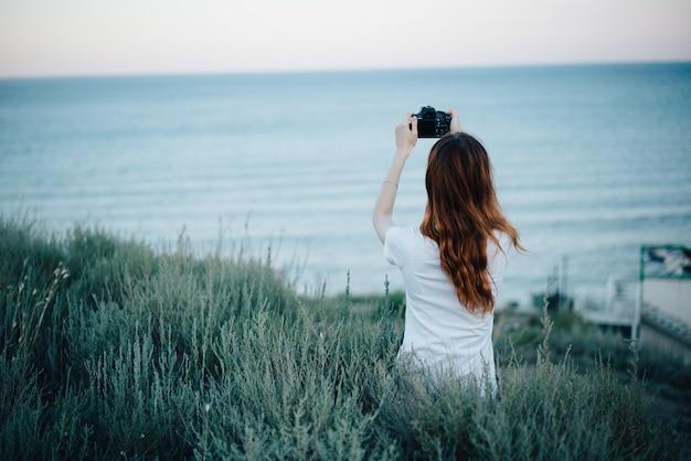 Fotógrafa jovem de estilo de vida e natureza