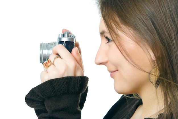 Fotógrafa mulher com câmera sobre branco