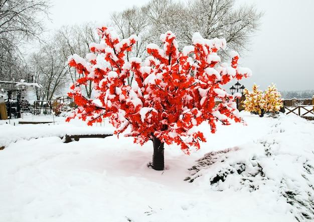 Fotografado perto da árvore artificial. inverno