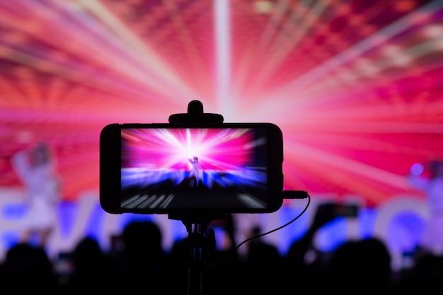 Fotografando com smartphone em concerto