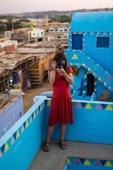 Fotografando uma casa azul tradicional em uma vila núbia perto da cidade de aswan. egito