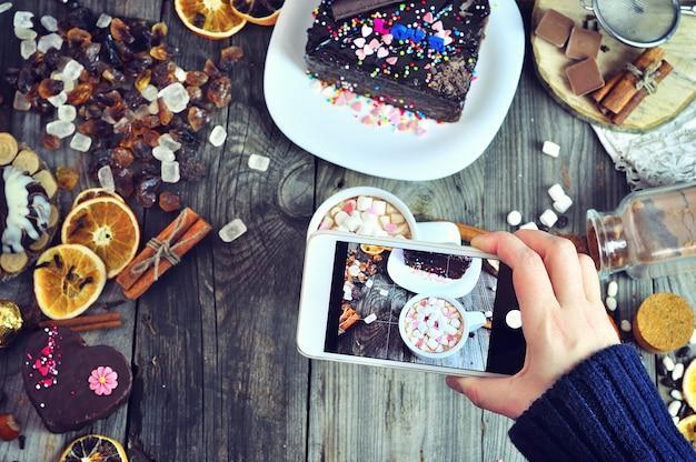 Fotografar alimentos doces em um telefone celular