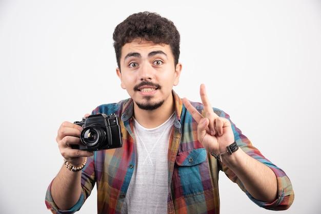 Fotografe pedindo atenção ao cliente e para manter essa posição.