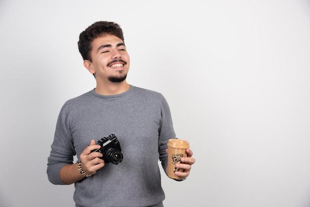 Fotografe segurando uma xícara de café de plástico para tirar fotos.