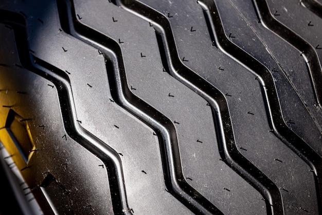 Fotografia a preto e branco de um grande pneu
