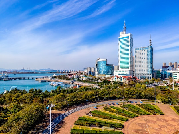 Fotografia aérea arquitetura da cidade da baía de qingdao e panorama do horizonte do horizonte