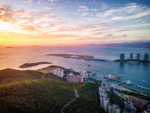 Fotografia aérea da bela costa de sanya