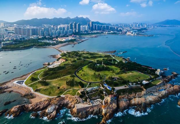 Fotografia aérea da costa da ilha