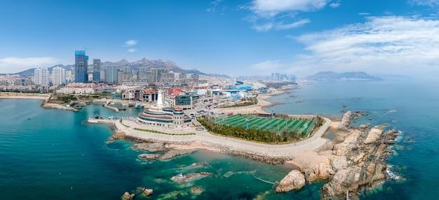 Fotografia aérea da ilha costeira de qingdao e cenário de recifes
