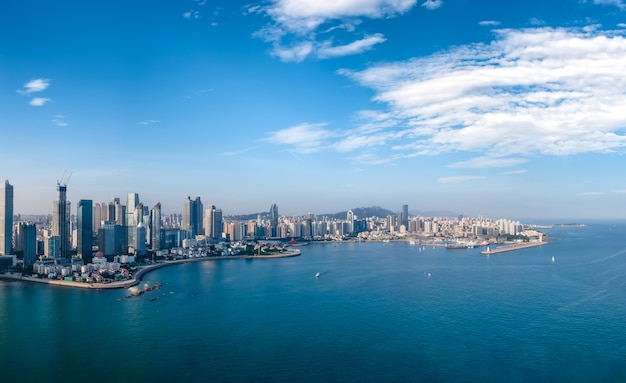 Fotografia aérea da paisagem arquitetônica da baía de qingdao fushan