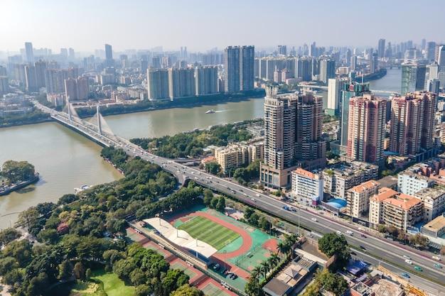 Fotografia aérea da paisagem arquitetônica de ambos os lados do rio das pérolas em guangzhou