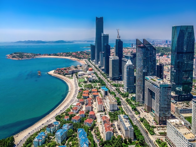 Fotografia aérea da paisagem arquitetônica do horizonte ao longo do litoral urbano de qingdao
