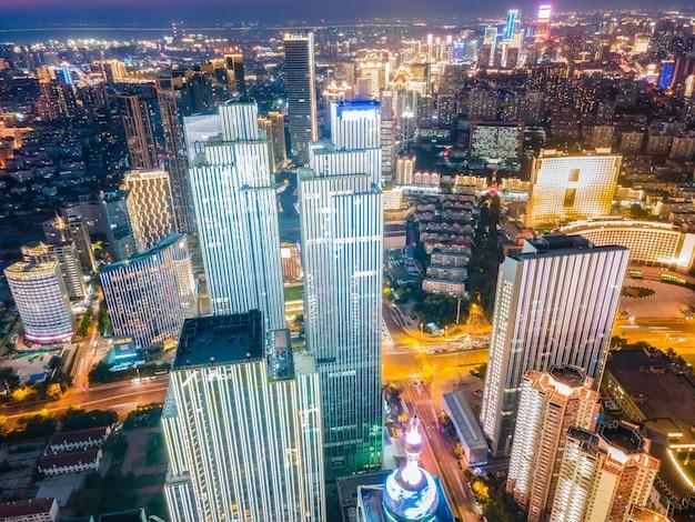 Fotografia aérea da paisagem arquitetônica do litoral da cidade de qingdao, vista noturna