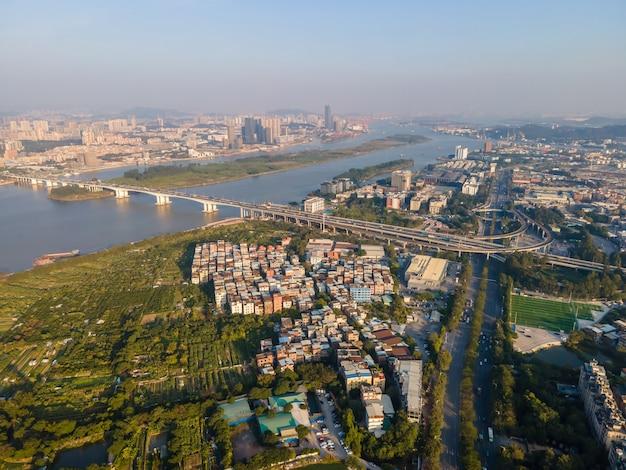 Fotografia aérea da paisagem arquitetônica urbana ao longo do rio das pérolas em guangzhou