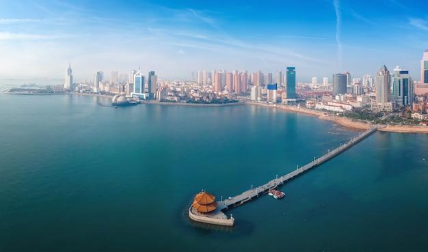 Fotografia aérea da paisagem arquitetônica urbana da baía de qingdao