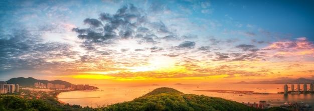 Fotografia aérea da paisagem da baía de sanya e do pôr do sol