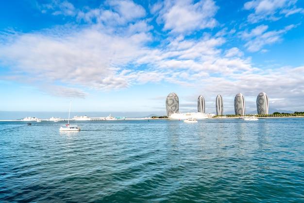 Fotografia aérea da paisagem da ilha de sanya e arquitetura moderna