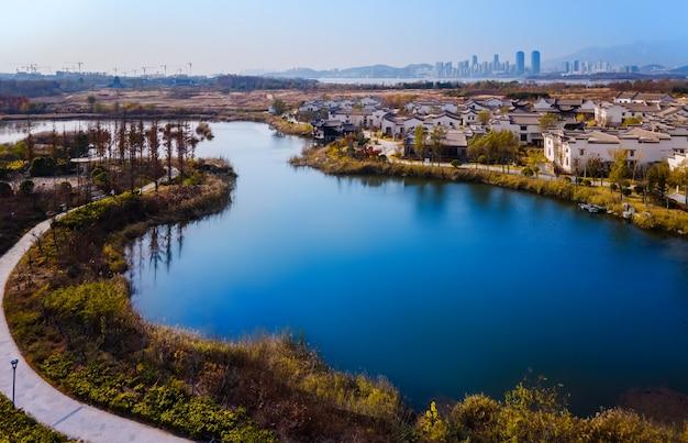 Fotografia aérea da paisagem de outono na bela cidade rural de qingdao, china