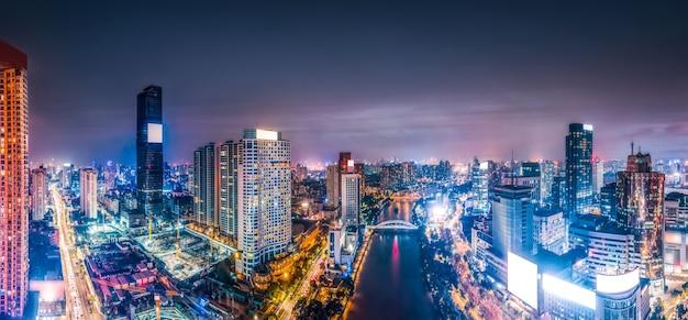Fotografia aérea da paisagem noturna da arquitetura da cidade de ningbo