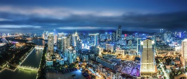 Fotografia aérea da paisagem noturna da cidade moderna em xiamen, china
