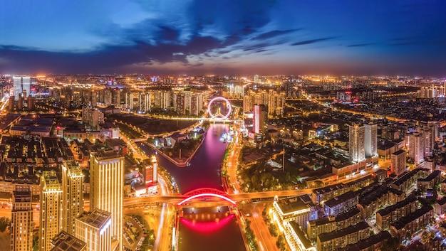 Fotografia aérea da paisagem noturna de tianjin com arquitetura urbana