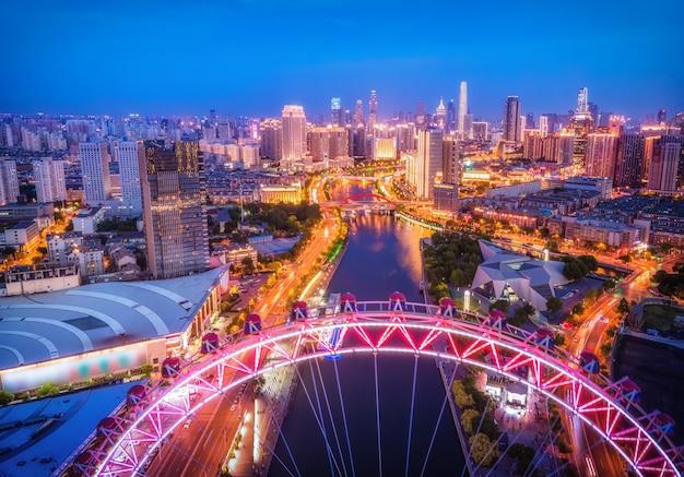 Fotografia aérea da paisagem noturna do edifício da cidade de tianjin