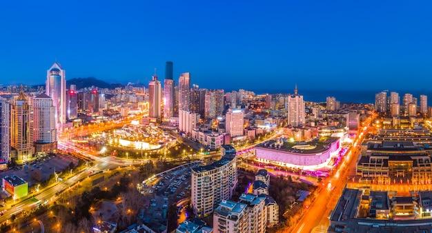 Fotografia aérea da paisagem urbana de qingdao à noite