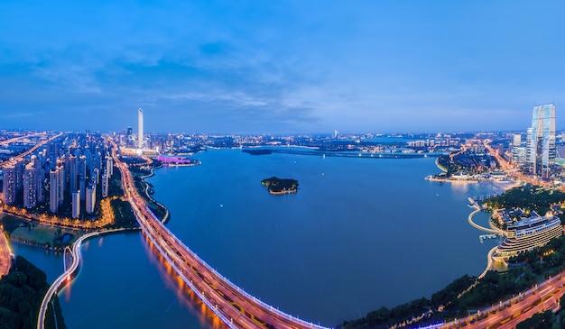 Fotografia aérea da visão noturna da cidade de suzhou