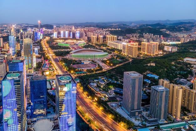 Fotografia aérea da visão noturna da jinan jingshi road cbd