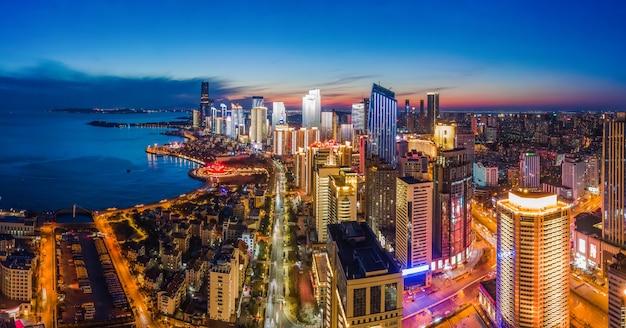 Fotografia aérea da visão noturna da paisagem arquitetônica urbana de qingdao, china