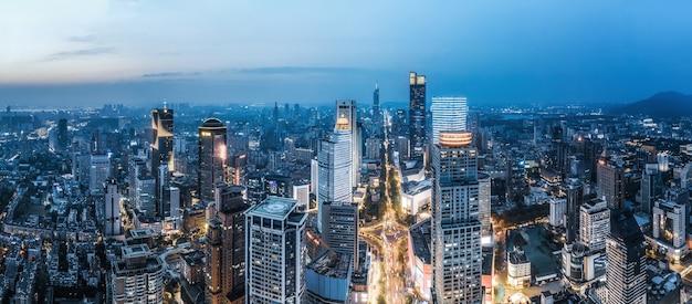 Fotografia aérea da visão noturna de edifícios modernos da cidade de nanjing