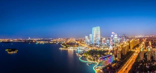 Fotografia aérea da visão noturna do centro financeiro de suzhou