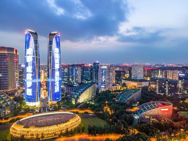 Fotografia aérea da visão noturna do horizonte de um edifício moderno do centro financeiro de chengdu