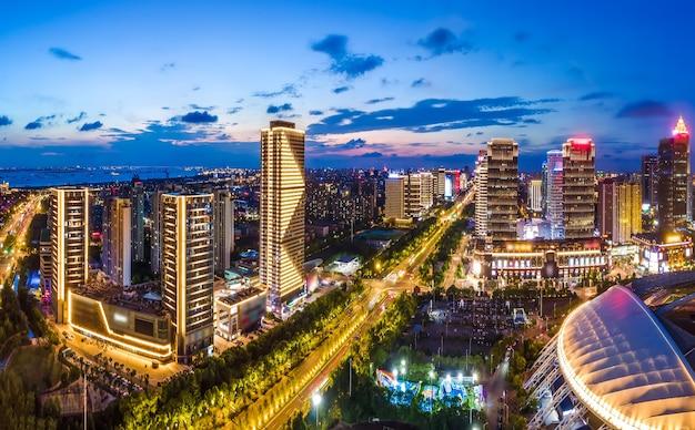 Fotografia aérea da visão noturna do nantong financial center, jiangsu