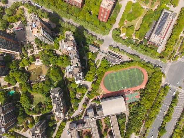 Fotografia aérea das estradas da cidade