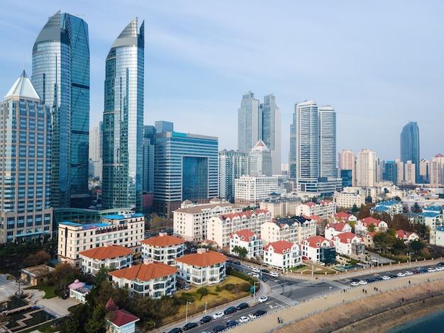 Fotografia aérea de arranha-céus no centro de qingdao