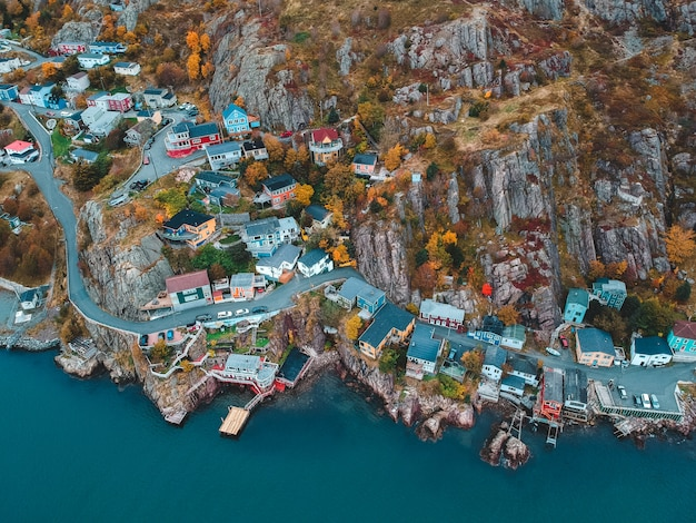 Fotografia aérea de casas e edifícios perto do corpo de água azul durante o dia