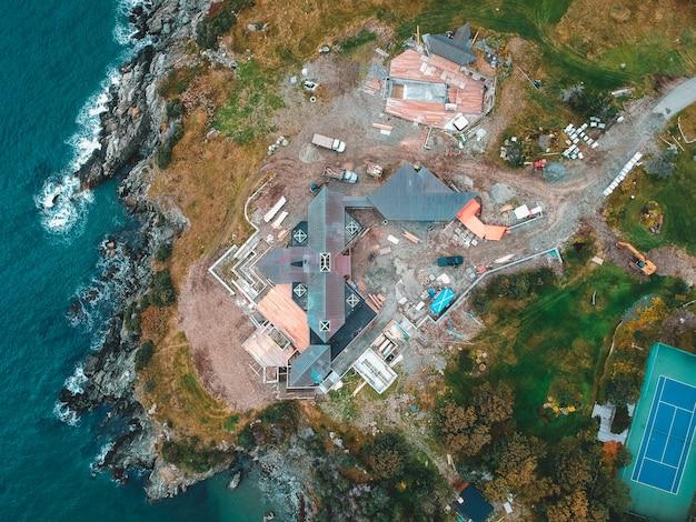 Fotografia aérea de casas e edifícios perto do corpo de água durante o dia