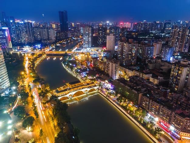 Fotografia aérea de edifícios modernos no centro da cidade de chengdu à noite