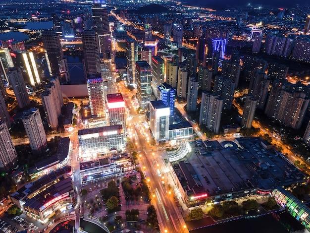 Fotografia aérea de edifícios no centro da cidade de xuzhou à noite