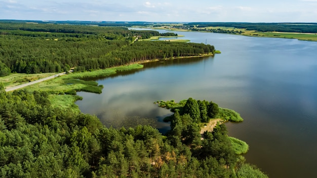 Fotografia aérea de forest lake com drone
