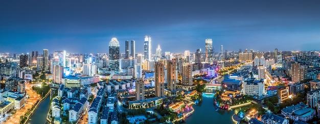 Fotografia aérea de paisagem noturna de arquitetura urbana moderna em wuxi, china