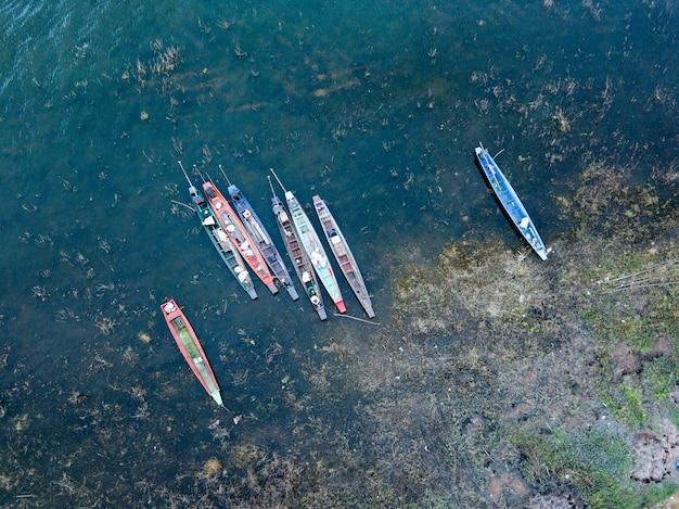 Fotografia aérea de pequenos barcos de pesca no lago