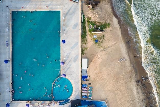 Fotografia aérea de piscina ao ar livre