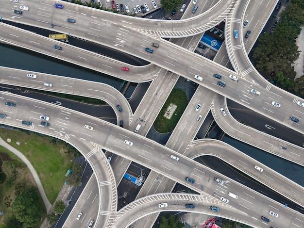 Fotografia aérea de viaduto rodoviário urbano