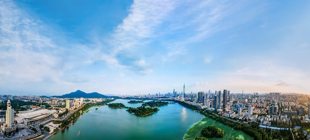 Fotografia aérea do horizonte de arquitetura urbana do lago nanjing xuanwu