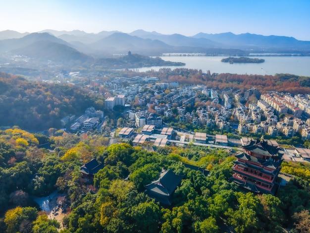 Fotografia aérea do lago oeste em hangzhou Foto Premium