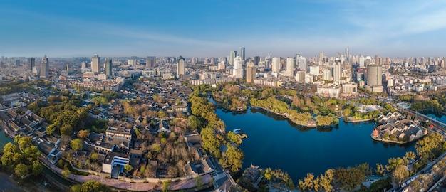 Fotografia aérea do parque ningbo yuehu e do cenário da cidade