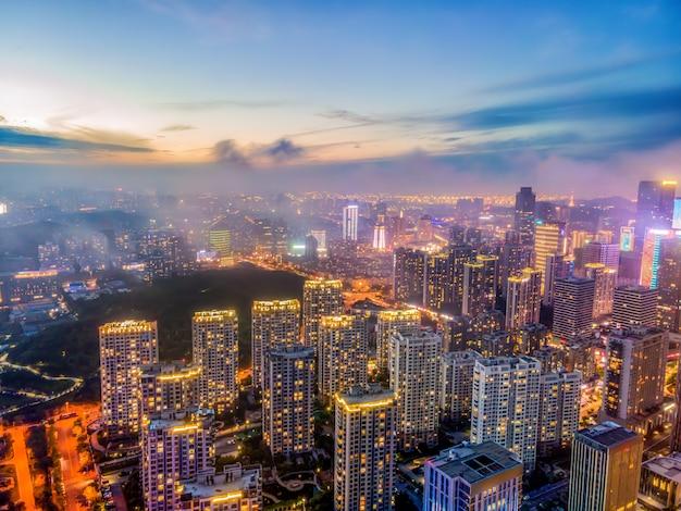 Fotografia aérea dos edifícios da cidade de qingdaos na costa oeste à noite